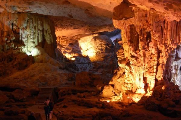 Du lịch Hạ Long với hệ thống hang động rất lớn