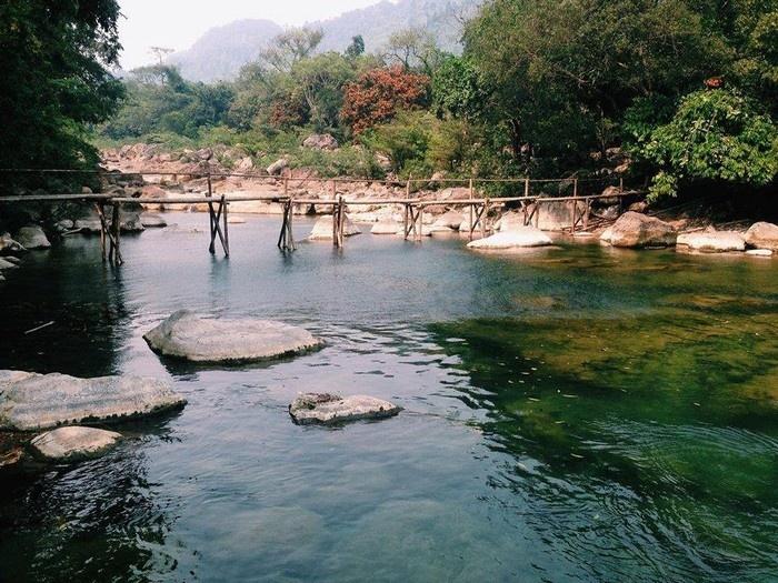 Suối Nước Moọc - Thiên đường đẹp như tranh vẽ ở Quảng Bình - hinh 2